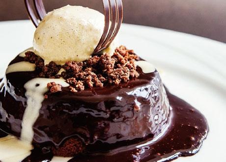 黑熔岩沙河蛋糕佐香草波本冰淇淋